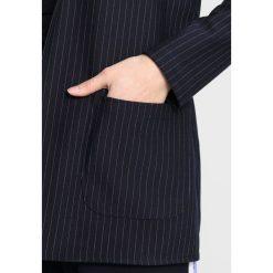 Płaszcze damskie pastelowe: Noisy May Petite NMPOWER PINSTRIPE  Krótki płaszcz dark blue/white