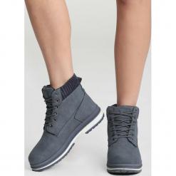 Niebieskie Traperki Untruth. Niebieskie buty zimowe damskie vices, z materiału, z okrągłym noskiem, na płaskiej podeszwie. Za 89,99 zł.