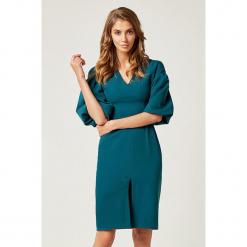 Sukienka w kolorze morskim. Niebieskie sukienki z falbanami marki SCUI, s, midi. W wyprzedaży za 169,95 zł.