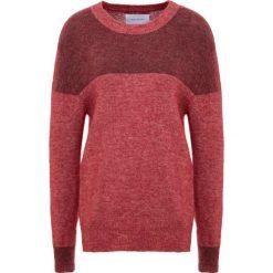 Holzweiler MACAW Sweter red melange. Czerwone swetry klasyczne damskie Holzweiler, m, z elastanu. Za 989,00 zł.