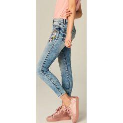 Jeansy skinny fit z haftem - Niebieski. Niebieskie jeansy damskie marki Mohito. W wyprzedaży za 119,99 zł.