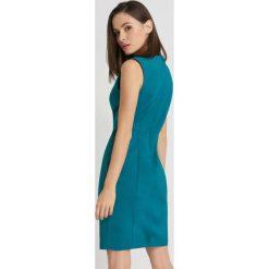 Sukienki hiszpanki: Ołówkowa sukienka z imitacją kolii