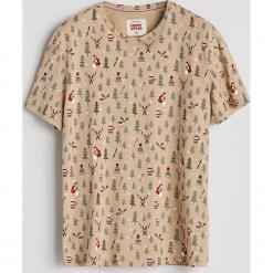 T-shirt ze światecznym nadrukiem - Beżowy. Brązowe t-shirty męskie z nadrukiem Reserved, l. Za 49,99 zł.