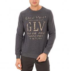 Sweter w kolorze szarym. Szare swetry klasyczne męskie GALVANNI, m, z nadrukiem, z okrągłym kołnierzem. W wyprzedaży za 139,95 zł.