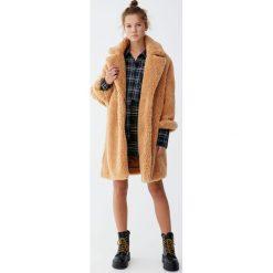 Długi płaszcz ze sztucznego futerka w kolorze ochry. Brązowe płaszcze damskie marki Pull&Bear. Za 299,00 zł.