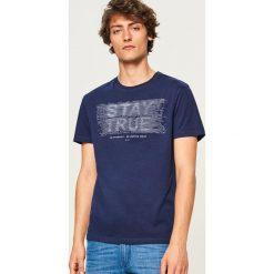 T-shirt z nadrukiem Stay true - Granatowy. Niebieskie t-shirty męskie z nadrukiem Reserved, l. Za 39,99 zł.