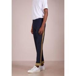 Spodnie męskie: The Editor Chinosy dark blue