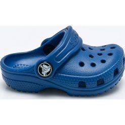 Crocs - Klapki dziecięce. Czerwone klapki chłopięce marki Crocs, z materiału. W wyprzedaży za 99,90 zł.