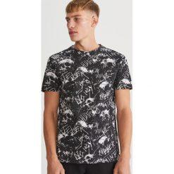 T-shirt z nadrukiem - Czarny. Czarne t-shirty męskie z nadrukiem marki Reserved, l. Za 49,99 zł.