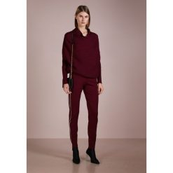 DESIGNERS REMIX CASEY PANTS Spodnie treningowe burgundy. Białe bryczesy damskie marki DESIGNERS REMIX, z elastanu, polo. Za 839,00 zł.