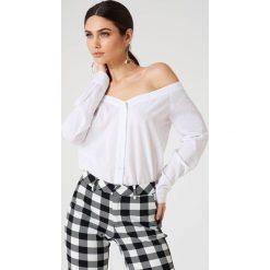 NA-KD Trend Koszula z odkrytymi ramionami - White. Białe koszule damskie marki NA-KD Trend, z nadrukiem, z jersey, z okrągłym kołnierzem. Za 121,95 zł.