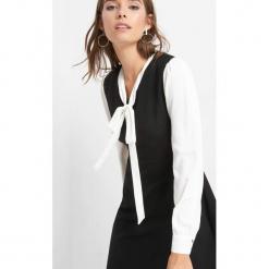Sukienka z wiązaniem. Czarne sukienki balowe marki Orsay, do pracy, z elastanu, z dekoltem na plecach, koszulowe. Za 139,99 zł.