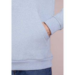Holzweiler HANGER HOODIE Bluza z kapturem light blue melange. Szare bluzy męskie rozpinane marki Alma en Pena, z materiału, na płaskiej podeszwie. Za 719,00 zł.