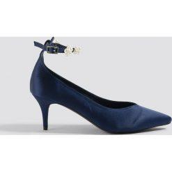 NA-KD Shoes Czółenka z paskiem z perłami - Blue,Navy. Niebieskie buty ślubne damskie marki NA-KD Shoes, w paski, z satyny. Za 121,95 zł.