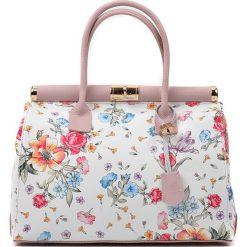 Torebki klasyczne damskie: Skórzana torebka w kolorze jasnoróżowym ze wzorem – 33 x 28 x 16 cm