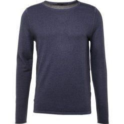 DRYKORN RIK Sweter dark blue. Niebieskie swetry klasyczne męskie marki DRYKORN, m, z dekoltem karo. Za 549,00 zł.