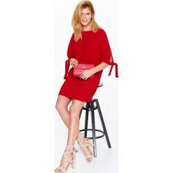 SUKIENKA CZERWONA Z TKANINY PLUMETI. Czerwone sukienki balowe marki Top Secret, na lato, z tkaniny. Za 64,99 zł.