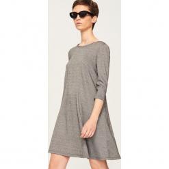 Sukienka z rozkloszowanym dołem - Wielobarwn. Szare sukienki rozkloszowane marki Reserved. Za 119,99 zł.