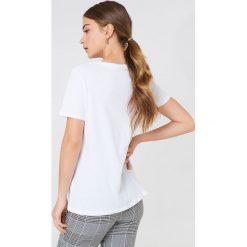 NA-KD T-shirt Babe Chest - White. Szare t-shirty damskie marki NA-KD, z bawełny, z podwyższonym stanem. Za 72,95 zł.