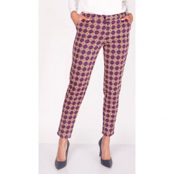 Spodnie w kolorze fioletowym ze wzorem. Fioletowe spodnie z wysokim stanem marki Moda w jesiennych kolorach, w paski. W wyprzedaży za 89,95 zł.