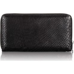 Skórzany portfel damski skóra wężowa kopertówka. Czarne puzderka Jennifer Jones, z materiału. Za 99,00 zł.