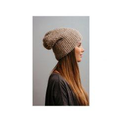 Czapki zimowe damskie: POMPOM – beżowa czapka oversize