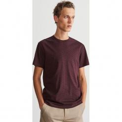 T-shirt z drobnym nadrukiem - Bordowy. Czerwone t-shirty męskie z nadrukiem Reserved, l. Za 39,99 zł.