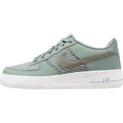 Nike Sportswear AIR FORCE 1 Tenisówki i Trampki clay green/light pumice/white. Zielone tenisówki męskie marki Nike Sportswear, z materiału. Za 359,00 zł.