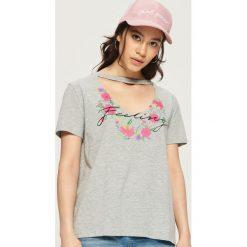 T-shirt z chokerem - Jasny szar. Szare t-shirty damskie marki Sinsay, l, z chokerem. W wyprzedaży za 14,99 zł.