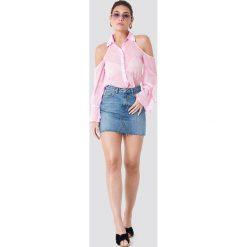 NA-KD Koszula z wycięciami na ramionach - Pink. Niebieskie koszule damskie marki NA-KD, z satyny. Za 121,95 zł.