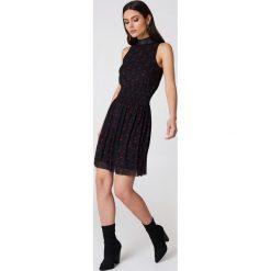 Sukienki hiszpanki: NA-KD Trend Karbowana siateczkowa sukienka - Black,Multicolor