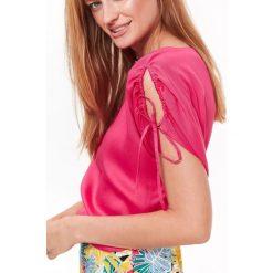 TKANINOWA BLUZKA DAMSKA Z KRÓTKIM RĘKAWEM I WIĄZANIAMI NA RĘKAWIE. Różowe bluzki asymetryczne Top Secret, z tkaniny, z krótkim rękawem. Za 34,99 zł.