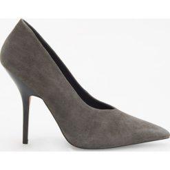 Skórzane czółenka na wysokim obcasie - Szary. Szare buty ślubne damskie marki Reserved, na wysokim obcasie. Za 249,99 zł.