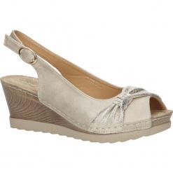 Beżowe sandały z kokardą na koturnie peep toe z odkrytymi palcami i piętą ze skórzaną wkładką Casu W18X2/B. Brązowe sandały damskie marki Casu, na koturnie. Za 44,99 zł.