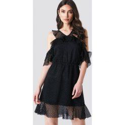 Linn Ahlborg x NA-KD Sukienka z podwójną falbaną - Black. Sukienki małe czarne marki bonprix, na lato, w grochy, z dzianiny, z podwójnym kołnierzykiem, moda ciążowa, dopasowane. Za 161,95 zł.