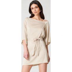 Sukienki: Hannalicious x NA-KD Sukienka na jedno ramię z wiązaniem – Beige,Gold