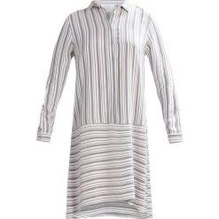 Sukienki hiszpanki: JUST FEMALE SONYA  Sukienka koszulowa white