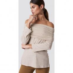 NA-KD Sweter z lekkiej dzianiny z odkrytymi ramionami - Beige. Brązowe swetry oversize damskie NA-KD, z dzianiny. Za 52,95 zł.