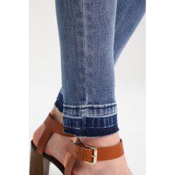 Glamorous Tall Jeansy Slim Fit mid blue. Niebieskie jeansy damskie relaxed fit Glamorous Tall. W wyprzedaży za 132,30 zł.