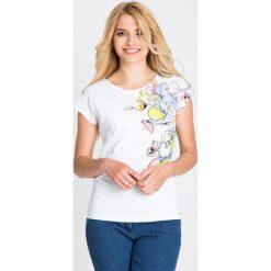 Bluzki damskie: Biała bluzka z pastelowym nadrukiem QUIOSQUE
