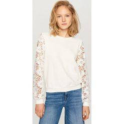 Bluzy damskie: Bluza z koronkowymi rękawami – Kremowy