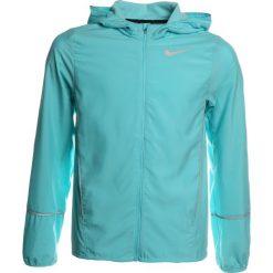 Nike Performance RUN Kurtka do biegania polarized blue/polarized blue/reflective silver. Niebieskie kurtki chłopięce przeciwdeszczowe Nike Performance, z materiału, do biegania. W wyprzedaży za 175,20 zł.