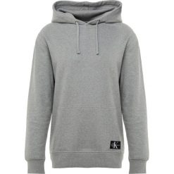 Calvin Klein Jeans MONOGRAM LOGO BADGE HOODIE Bluza z kapturem grey. Szare bejsbolówki męskie Calvin Klein Jeans, m, z bawełny, z kapturem. Za 459,00 zł.