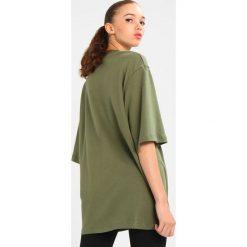 Ivy Park BADGE LOGO TEE Tshirt z nadrukiem moss. Zielone bluzy męskie Ivy Park, m, z nadrukiem, z bawełny. Za 179,00 zł.