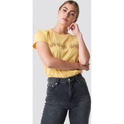 Moves T-shirt Lulu - Yellow. Zielone t-shirty damskie marki Emilie Briting x NA-KD, l. Za 141,95 zł.