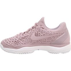 Nike Performance AIR ZOOM CAGE 3 HC Obuwie multicourt elemental rose/white/pro purple. Czerwone buty sportowe damskie marki Nike Performance, z materiału, na golfa. W wyprzedaży za 384,30 zł.