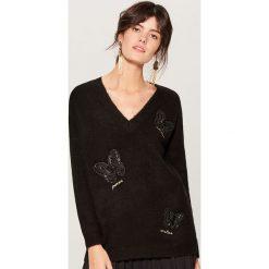 Melanżowy sweter z aplikacją - Czarny. Czarne swetry klasyczne damskie Mohito, l. Za 129,99 zł.