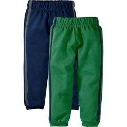 Spodnie dresowe (2 pary) bonprix ciemnoniebieski + zielony. Niebieskie dresy chłopięce bonprix, w paski, z dresówki. Za 24,99 zł.