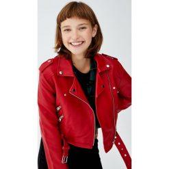 Kurtka w stylu biker ze sztucznej skóry. Czerwone kurtki damskie marki Pull&Bear, ze skóry. Za 109,00 zł.