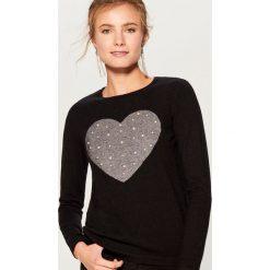 Sweter z biżuteryjną aplikacją - Czarny. Czarne swetry klasyczne damskie marki Mohito, l. Za 99,99 zł.